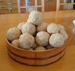 丁寧に混ぜた麹と大豆で味噌球を作ります。