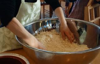 ①特別仕込みの糀と塩を混ぜます。