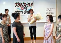 写真中央がデザイナー林由美子さん